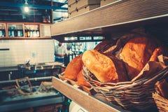 Frisches französisches Brot in der Restaurantküche stockfotos