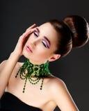 Frisches Frauen-Gesicht. Halskette mit Smaragdedelsteinen - Luxus stockfotografie