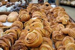 Frisches Gebäck am Bäckershop Stockfotos