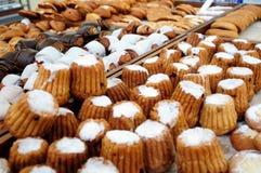 Frisches Gebäck am Bäckershop Stockbild