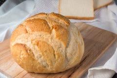 Frisches gebackenes Brötchen und Brot Stockfotografie