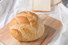 Frisches gebackenes Brötchen und Brot Stockbild