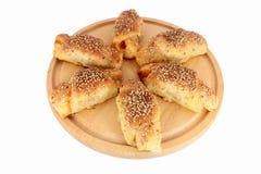 Frisches gebackenes Gebäck mit Sesamstartwerten für zufallsgenerator Stockbilder