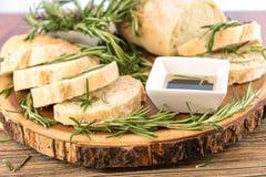 Frisches gebackenes resomary Brotlaib und Olivenöl- und balsamisches vineg Stockbilder