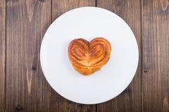 Frisches gebackenes süßes Brötchen Lizenzfreie Stockfotografie