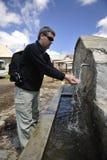 Frisches Gebirgswasser, das auf Hände fällt lizenzfreie stockfotografie