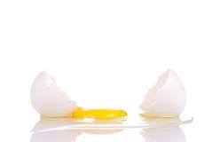 Frisches gebrochenes Ei mit Eigelb lizenzfreies stockfoto