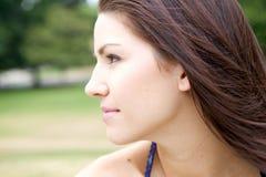 Frisches gegenübergestelltes Mädchen mit grünem Hintergrund Lizenzfreies Stockfoto