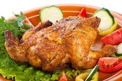 Frisches gegrilltes vollständiges Huhn mit Gemüse lizenzfreie stockbilder