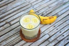 Frisches gemachtes Bananen-Milchshake auf der Weinlese hölzern Stockfotografie