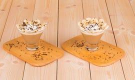 Frisches gemachtes Bananen-Milchshake auf hölzernem Hintergrund Stockfotografie