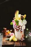 Frisches geschmackvolles Cocktail mit Beeren, Bonbons und Blumen Lizenzfreies Stockfoto