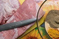 Frisches geschmackvolles rohes Schweinefleisch an Bord Lizenzfreies Stockbild