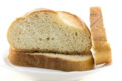 Frisches geschnittenes Brot auf dem weißen Hintergrund lokalisiert Stockfotografie