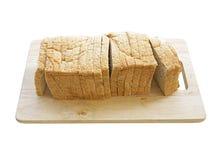 Frisches geschnittenes Brot lokalisiert auf weißem Hintergrund Stockfotografie