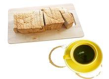 Frisches geschnittenes Brot und Kaffee lokalisiert auf weißem Hintergrund Stockbild