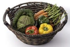 Frisches gesundes Gemüse in einem traditionellen gesponnenen Korb Stockfotografie