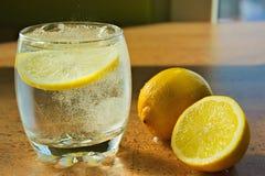 Frisches Glas Wasser morgens lizenzfreie stockbilder