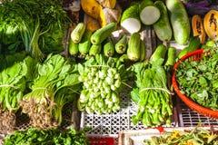 Frisches grünes Gemüse für Verkauf auf dem vietnamesischen Straßenmarkt stockfoto