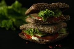 Frisches grünes Sandwich mit Dunkelheit des selektiven Fokus des Kaviar- und Frischkäses Stockfotografie