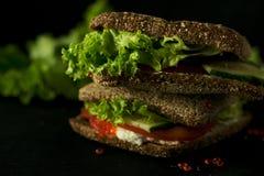 Frisches grünes Sandwich mit Dunkelheitsfoto des selektiven Fokus des Kaviar- und Frischkäses Stockfoto