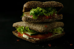 Frisches grünes Sandwich mit Dunkelheitsfoto des selektiven Fokus des Kaviar- und Frischkäses Lizenzfreies Stockbild