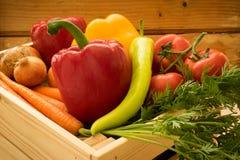 Frisches grünes und rotes Gemüse in der Holzkiste lizenzfreie stockfotos
