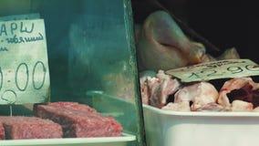 Frisches Hühnerfleisch auf dem Zähler stock video