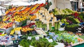 Frisches italienisches Gemüse und Früchte auf Markt Stockbild