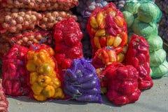 Frisches junges Gemüse in den Taschen auf dem Zähler lizenzfreies stockbild