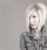 Frisches junges Mädchen mit modischer Frisur Lizenzfreie Stockfotos