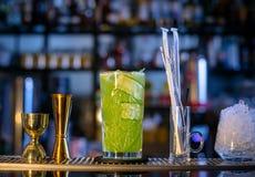 Frisches, kaltes Cocktail auf der Bar Gurkengetränk mit Alkohol Unglaubliche Mischung Stockfotos