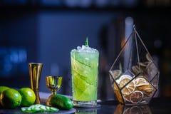 Frisches, kaltes Cocktail auf der Bar Gurkengetränk mit Alkohol Unglaubliche Mischung Stockfoto