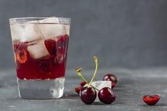 Frisches Kirschcocktail Ein Cocktail mit Gin oder Wodka, Kirschsirup und Stücke Kirsche und Eis lizenzfreies stockfoto