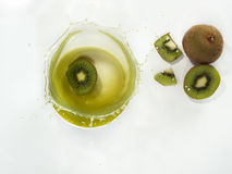 Frisches Kiwifruchtsaftspritzen Stockbild