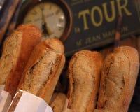 Frisches krustiges Stangenbrot in einem französischen Kaffee. Stockbilder