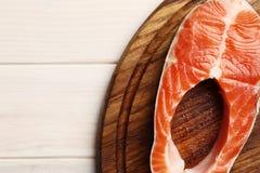 Frisches Lachssteak auf hölzernem Hintergrund stockfoto