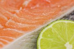 Frisches Lachssteak mit Kalk Stockfotografie