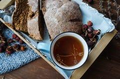 Frisches Landwirtbrot mit Kräutertee für ein Mittagessen stockfotografie