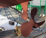 Frisches layar der Farbe auf der Bootsunterseite Bootserneuerung Lizenzfreie Stockbilder