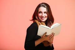 Frisches Mädchen der Herbstfrau las Buch Eye-lasheslächeln Stockbild