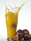 Frisches Maracujafruchtsaftspritzen Stockbild