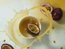 Frisches Maracujafruchtsaftspritzen Stockfoto