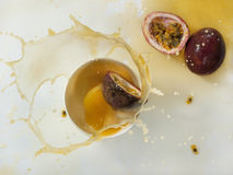 Frisches Maracujafruchtsaftspritzen Lizenzfreies Stockfoto