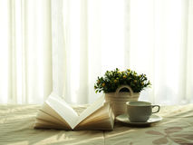 Frisches Morgenkaffeebuch und Blume auf dem Bett, ausgewählter Fokus Stockfotos