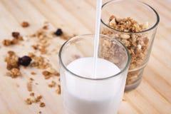 Frisches muesli und der Milch nahes hohes stockfotos