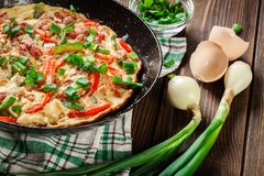 Frisches Omelett mit Speck und grünem Pfeffer Lizenzfreie Stockbilder