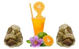 Frisches Orange und Glas mit Saft über Weiß Stockfoto