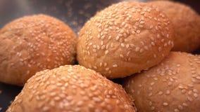 Frisches organisches Brot backte mit gesunden Samen des indischen Sesams Stockbilder