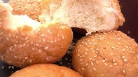 Frisches organisches Brot backte mit gesunden Samen des indischen Sesams Lizenzfreie Stockfotos